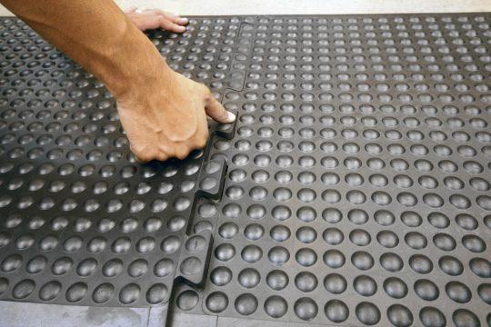 mata ergonomiczna bubble mat w kolorze czarnym wersja puzzle